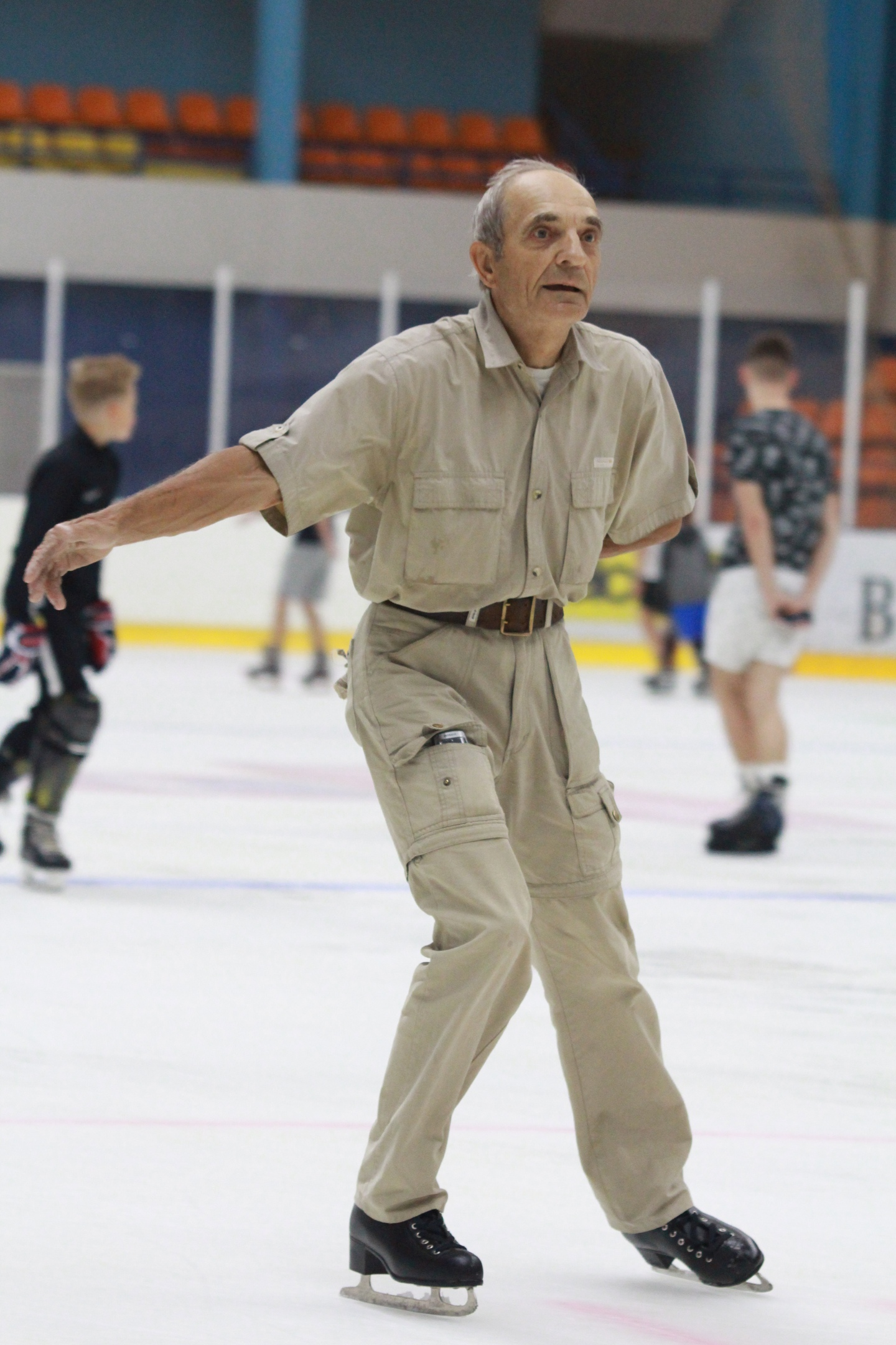 "70-летний дедушка пришел на массовое катание в Бресте и ""порвал"" интернет"